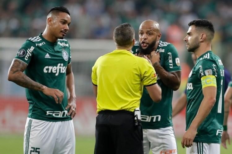 El jugador Felipe Melo (2-d) de Palmeiras discute con el árbitro argentino Germán Delfino por la expulsión (EFE)