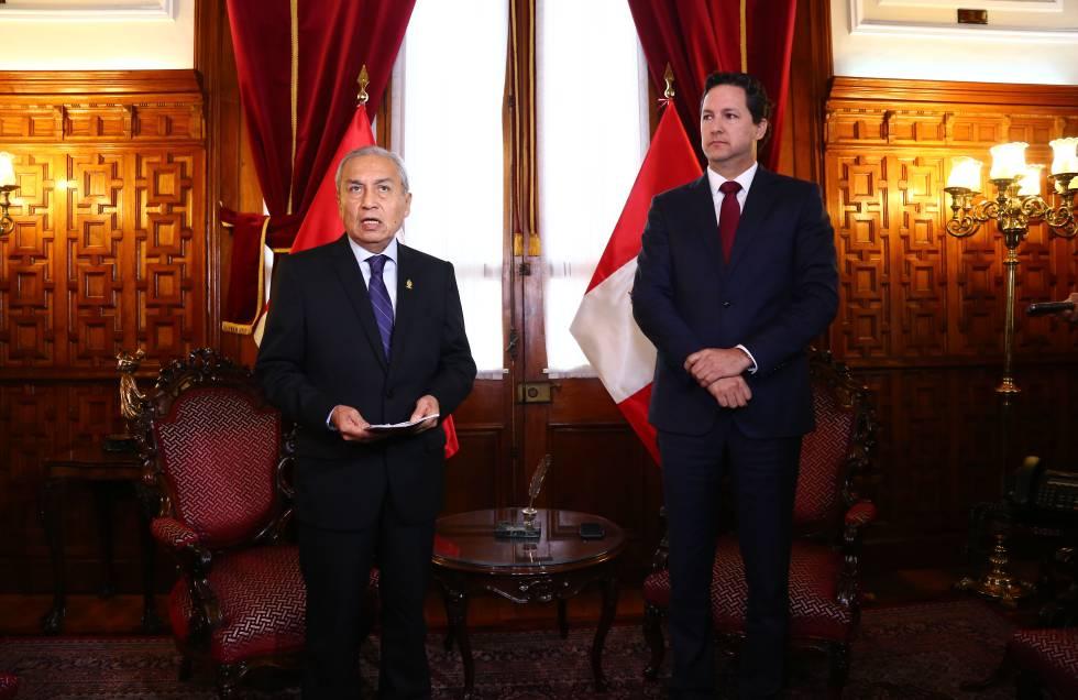 El fiscal general peruano, Gonzalo Chávarry, con el presidente del Congreso, Daniel Salaverry.