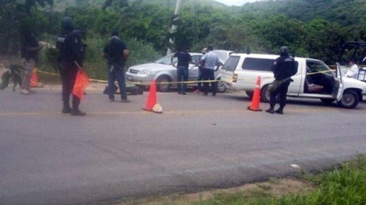 En un auto abandonado en la carretera hallaron los cuerpos del profesor, su hija y su yerno.