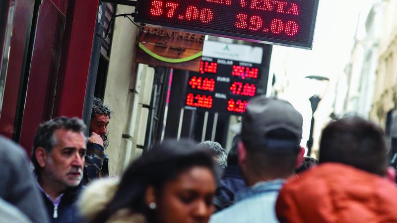 Aduana controlará la salida de dólares hacia Argentina