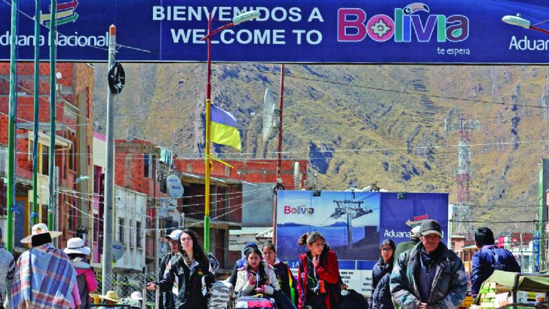 Hasta 15 venezolanos entran al día a Bolivia por Desaguadero