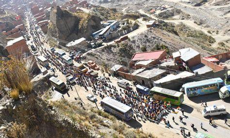 La marcha de los cocaleros de los Yungas a su ingreso a La Paz. Foto: APG