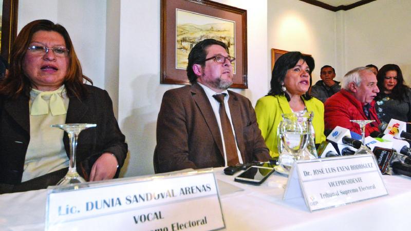"""Oposición sostiene que el TSE está """"arrodillado"""" ante el poder"""
