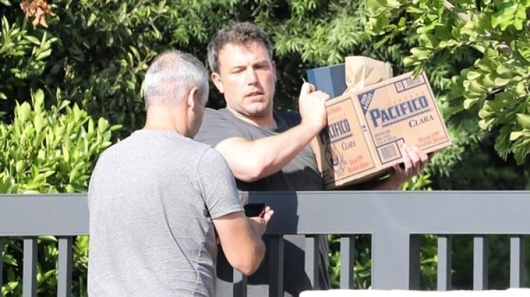 Ben Affleck recibiendo un delivery de alcohol en su casa de Los Ángeles (Grosby Group)