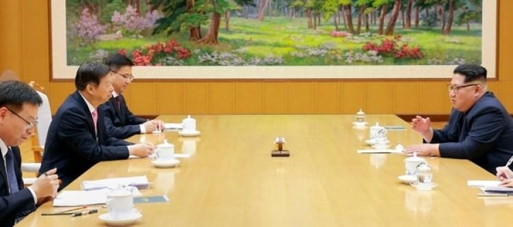 Kim Jong-un ante delegados surcoreanos. (AFP archivo)