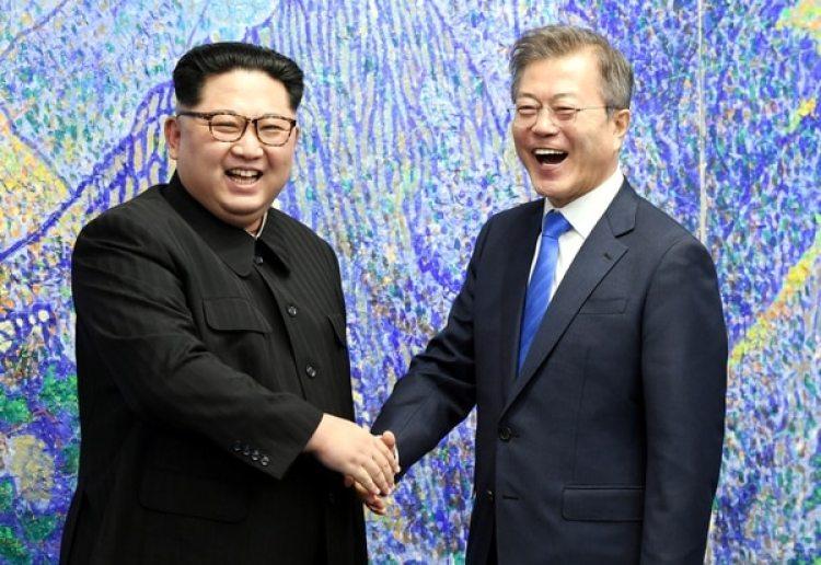 El presidente de Corea del Sur, Moon Jae-in,y el dictador norcoreano Kim Jong-un. (Korea Summit Press Pool/Pool via Reuters)