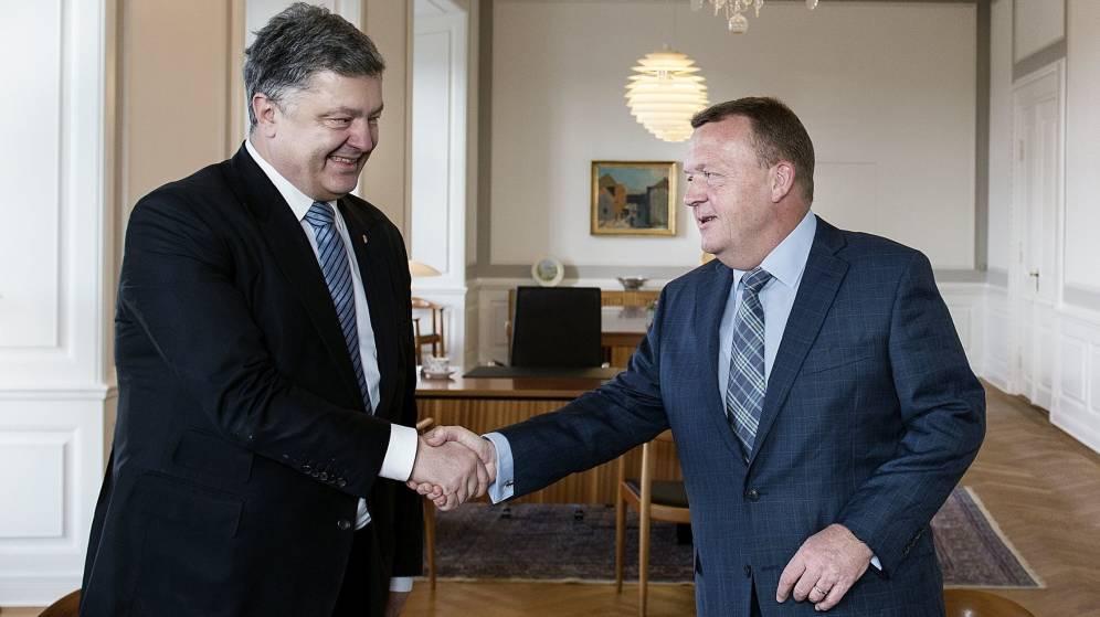 Foto: El jefe del Gobierno danés, Lars Løkke Rasmussen (d), estrecha la mano del presidente de Ucrania, Petró Poroshenko. (EFE)