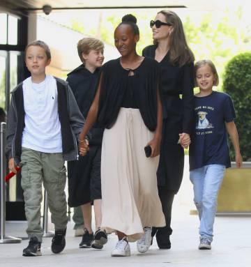 Angelina Jolie con sus hijos Shiloh, Knox, Zahara y Vivienne en California en agosot.