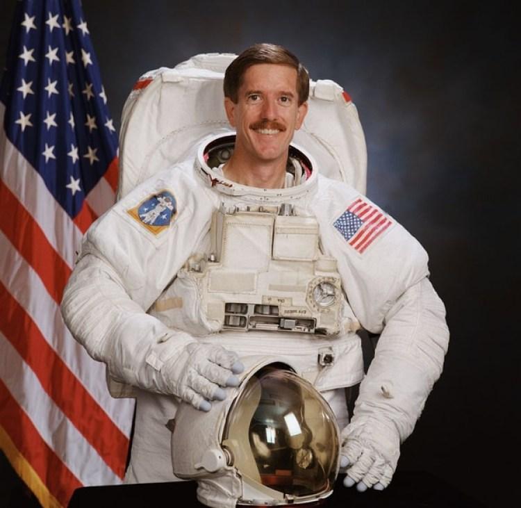 El actual director del Servicio Geológico de Estados Unidos, Jim Reilly, en una imagen de los tiempos en que era astronauta de la NASA y pasó 856 horas en el espacio