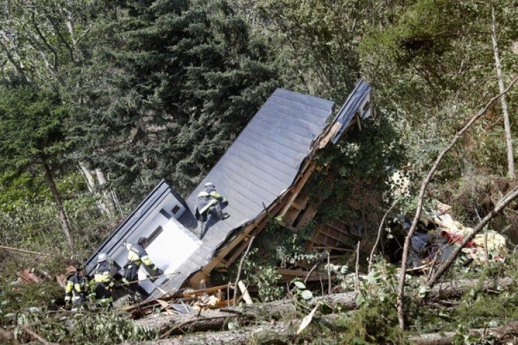 Rescatistas buscan sobrevivientes entre los escombros de una casa en Atsuma, un poblado de la isla de Hokkaido, Japón (Reuters)
