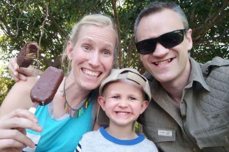 Sam y Katy Williams y su hijo Finn. La mujer y el pequeño están en estado crítico por el ataque de una jirafa