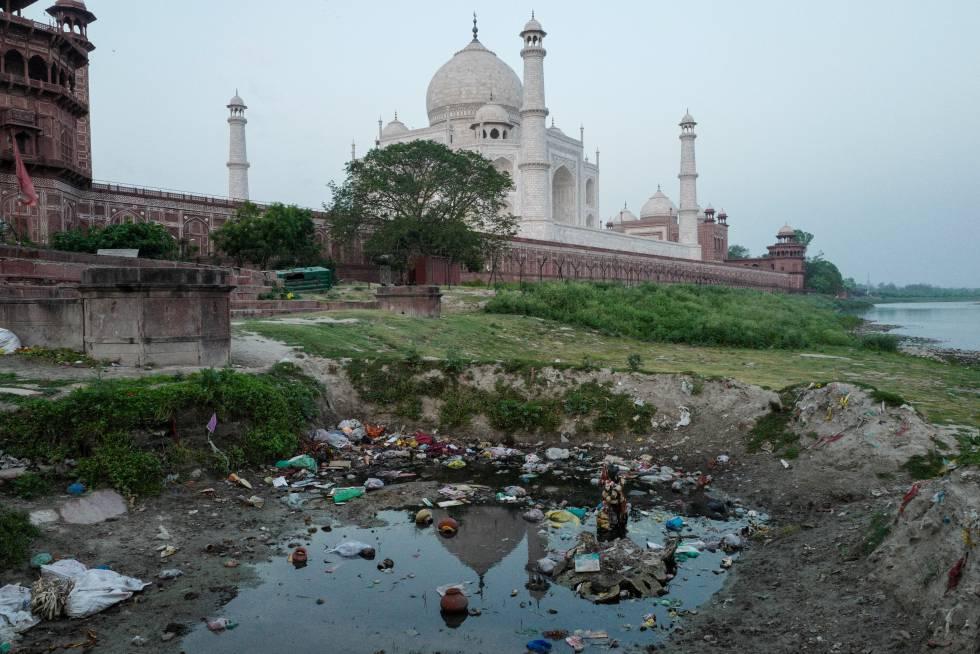 Alrededores del Taj Mahal, cuya imagen se refleja en el agua, repletos de basura.