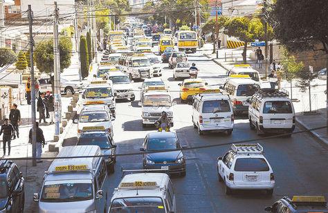 Colapso. La avenida Hernando Siles, colmada de vehículos.