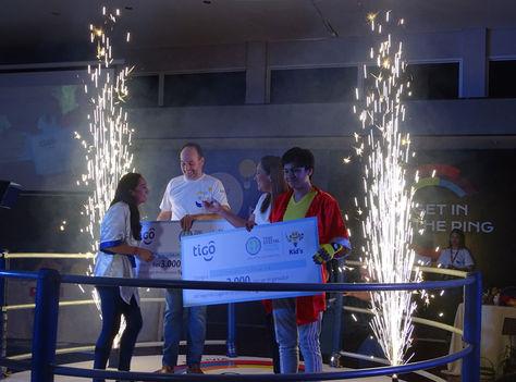 Adriana Guamán y Leonardo Vizacarra son premiados. Foto: Tigo
