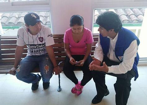 """Los padres de Sebastián conversan con un funcionario del Ministerio de Salud en el Hospital """"Dr. Mario Ortiz Suárez"""" de la capital oriental."""