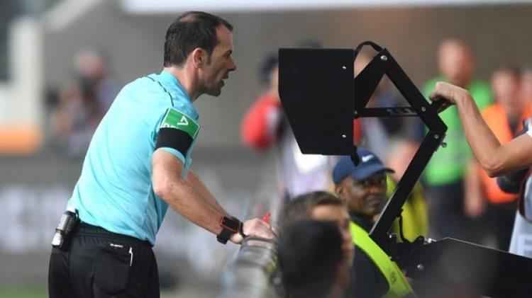 La UEFA se mostró a favor de la utilización de los Árbitros Asistentes de Video (AFP)
