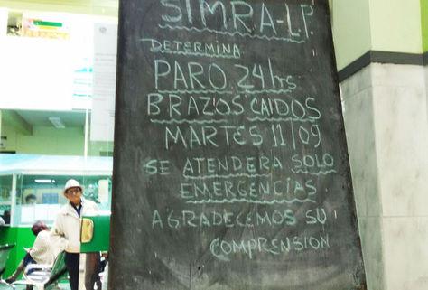 Un letrero ubicado anuncia el paro en la puerta del Policlínico Central, en La Paz.