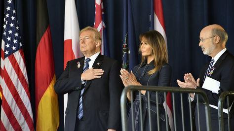 Trump y su esposa en el acto conmemoratico. Foto: AFP