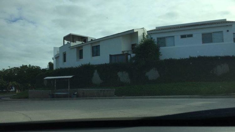 Las casas son del mismo estilo, en color blanco y con una distancia que ofrece privacidad
