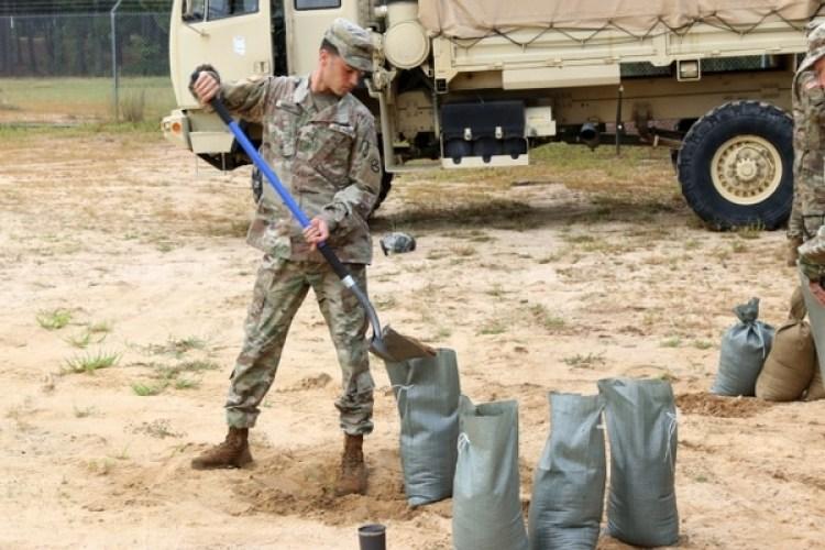Un soldado prepara las defensas frente a Florence en Fort Bragg, Carolina del Norte (AFP/ US Army XVIII Airborne Corps Public Affairs)