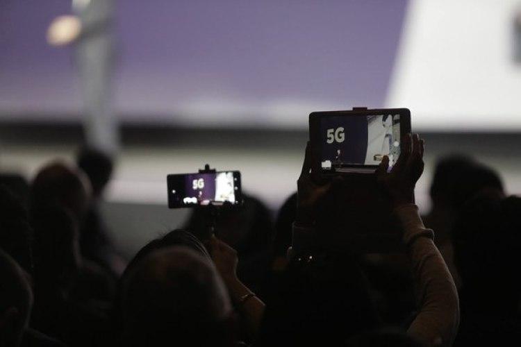El 5G es 100 veces más rápido que el 4G. Este tipo de conectividad permitirá alcanzar velocidades de 10 Gbps, tener hasta 100 veces más dispositivos conectados que antes y reducir el consumo energético en un 90%