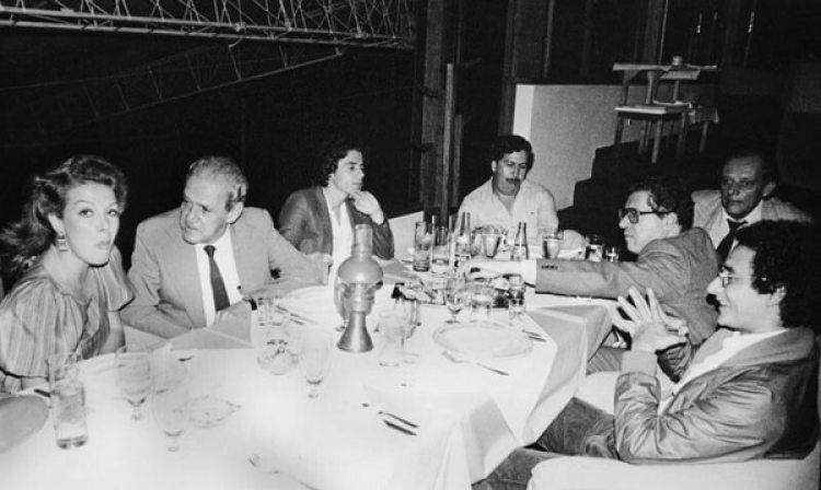 Virginia Vallejo en una comida junto a Pablo Escobar Gaviria y otros miembros de la política