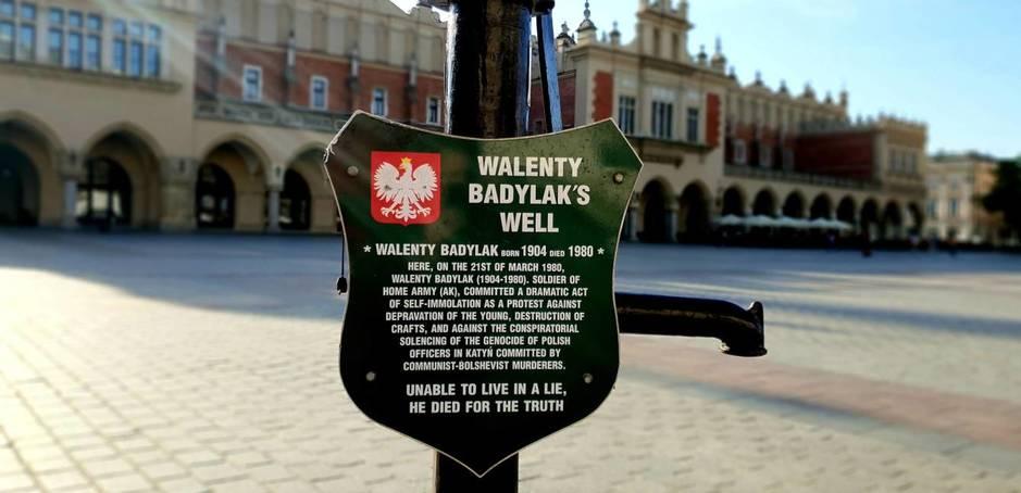Una placa conmemorativa en el lugar donde Walenty Badylak se prendió fuego en Cracovia. (M. A. Gayo)