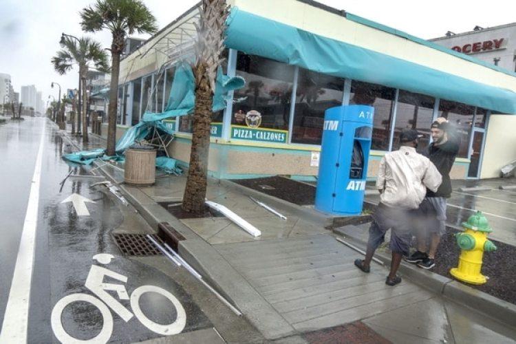 Dos hombres afuera de una pizzería enMyrtle Beach, Carolina del Sur. (EFE/EPA/CRISTOBAL HERRERA)