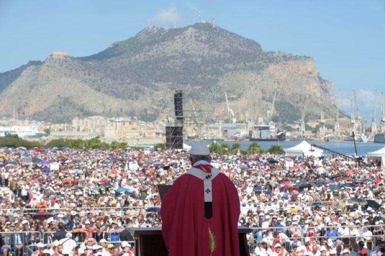 El papa celebró una multitudinaria misa en Palermo (Prensa Vaticana/ REUTERS)