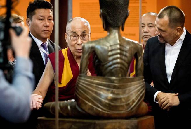 El líder espiritual tibetano visita una exposición en Amsterdam. (EFE)
