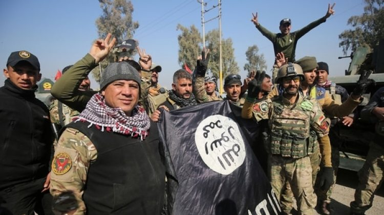 Tropas del ejército iraquí y milicias aliadas festejan la liberación de Mosul (AFP)
