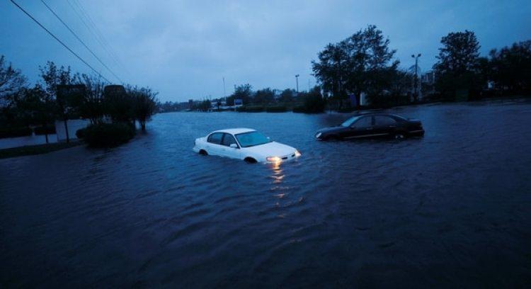 Un auto es arrastrado por la corriente en la inundación que afecto a Wilmington, Carolina del Norte (Reuters)