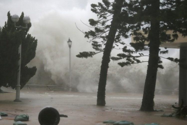 El tifón Mangkhut tuvo un paso arrollador por Hong Kong(REUTERS)