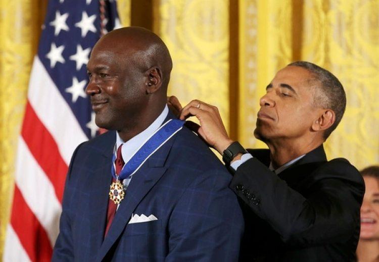 Michael Jordan condecorado por Obama (Reuters)