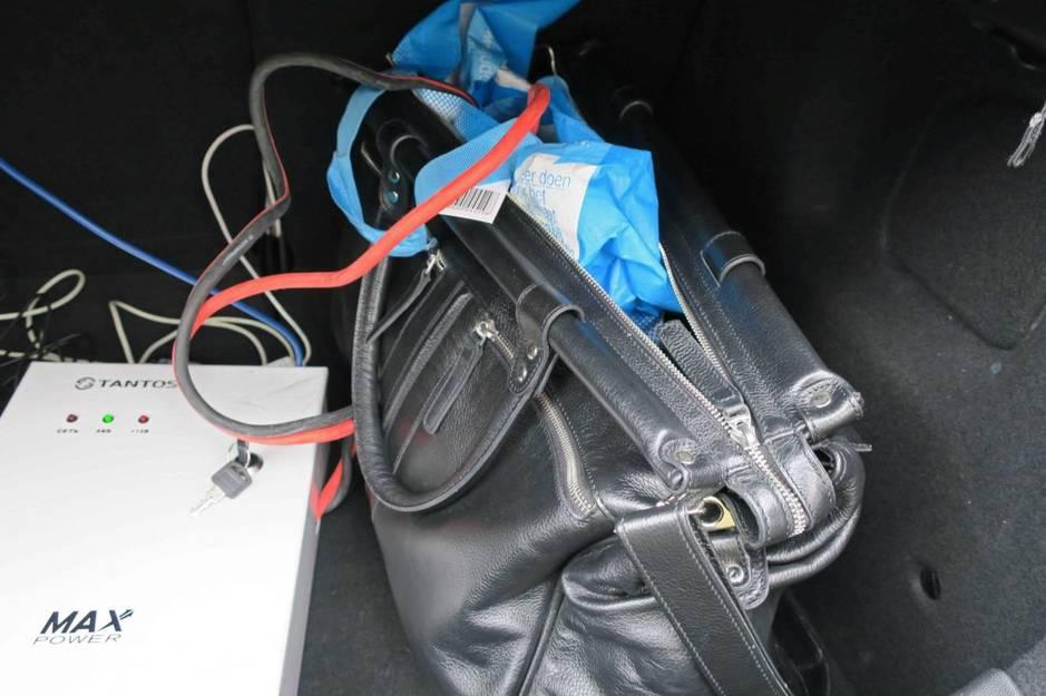 Material de hackeo incautado en el vehículo Citröen durante la operación. (EFE)
