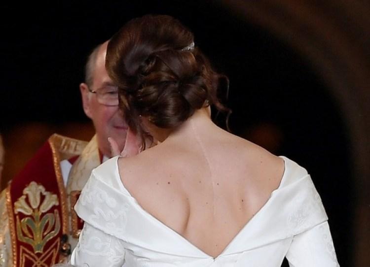 Vestido de novia con escote en V frontal y en la espalda