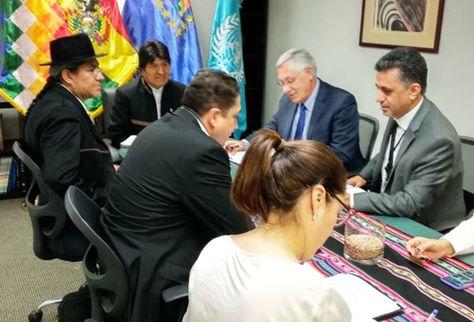 El presidente Evo Morales y el equipo jurídico boliviano reunido en Estados Unidos, el 24 de septiembre.