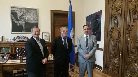 El embajador Alberto Gonzales, el secretario general de la OEA, Luis Almagro, y el ministro de Justicia, Héctor Arce. Foto:Min Justicia
