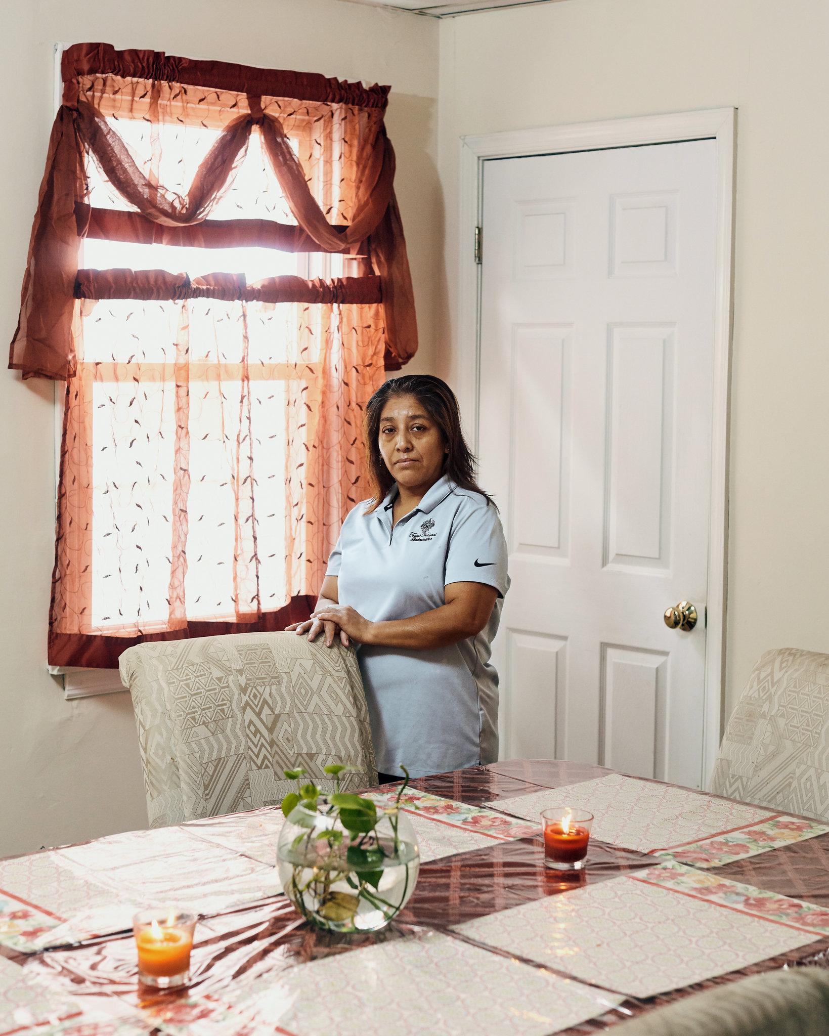 Victorina Morales en su hogar en Bound Brook, Nueva Jersey. Ella se fue de Guatemala en 1999 e ingresó de manera ilegal en Estados Unidos. Comenzó a trabajar en el club de golf de Trump en Bedminster, Nueva Jersey, en 2013.