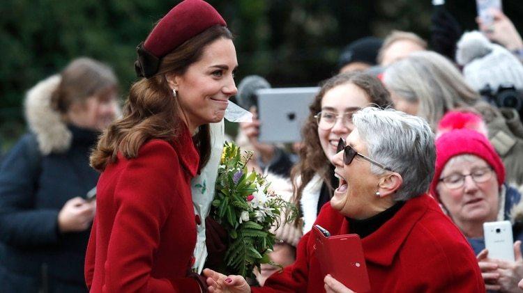 Kate Middleton con los admiradores que se acercaron al iglesia María Magdalena en Sandringham.