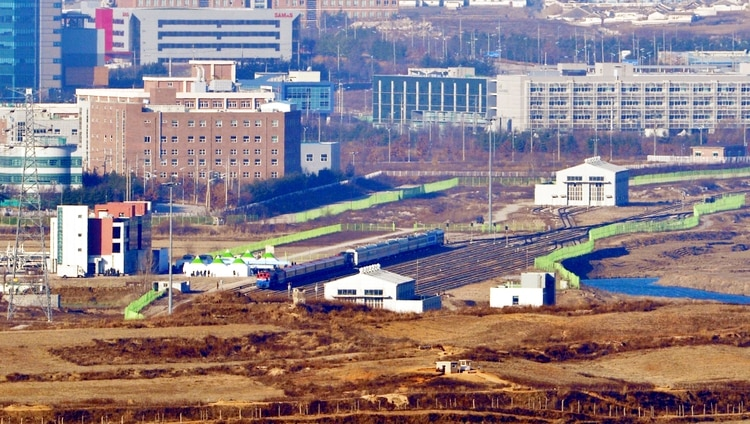 Trenes de Corea del Sur y Corea del Norte en la estaciónPanmun en Kaesong, Corea del Norte(Yonhap via AP)