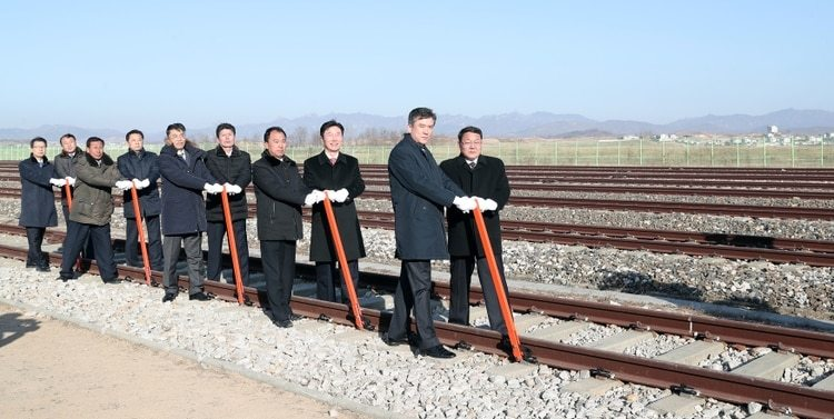 Funcionarios de los dos países durante la ceremonia (Yonhap via REUTERS)