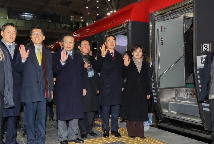 El ministro de trasporte de Corea del Sur Kim Hyun-mee , el ministro de la UnificaciónCho Myoung-gyony líderes parlamentarios antes de partir para la estación de Kaesong (YONHAP/AFP)