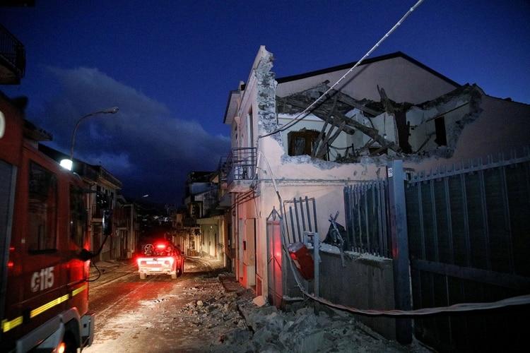 Además de la destrucción parcial de algunos edificios se registraron 10 heridos leves (Reuters)