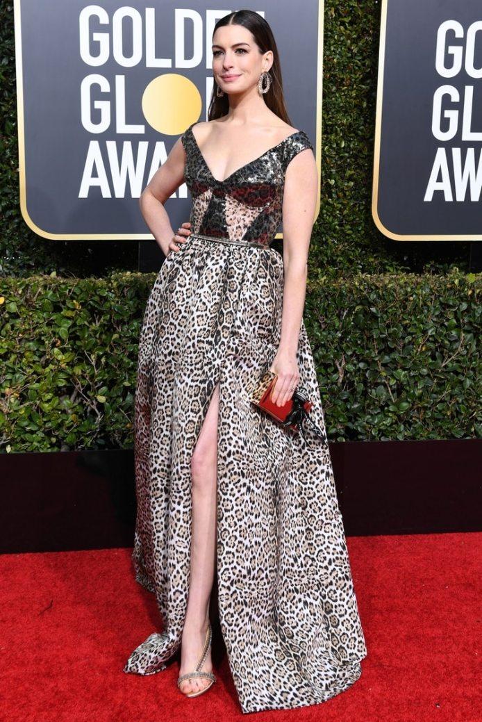 Anne Hathaway lució la cinta en su clutch