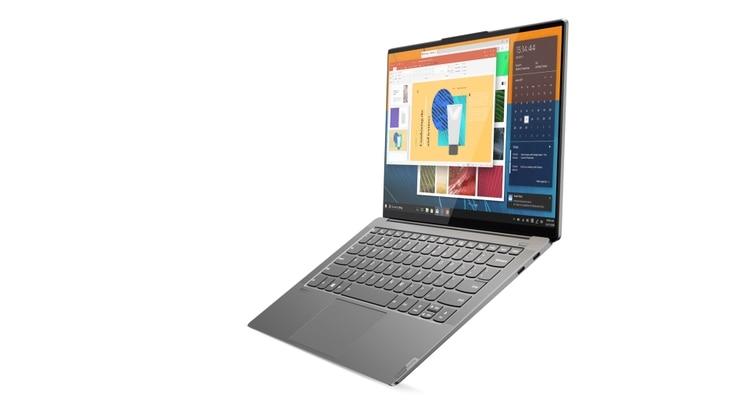 """La Yoga S940, a la que define como """"delgada e inteligente"""": cuando detecta que el usuario se aleja, se bloquea automáticamente."""