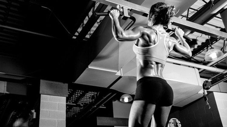 Las dominadas son un ejercicio básico para aumentar la fuerza en el tren superior