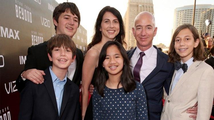 """Jeff y Mackenzie junto a sus cuatro hijos, en la premiere de""""Star Trek Beyond"""" en julio de 2016 en San Diego California."""