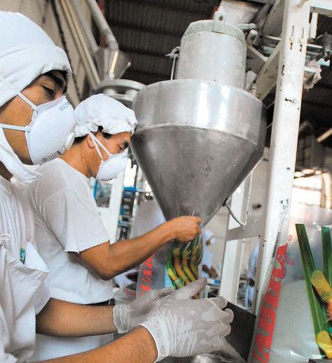 Trabajadores del ingenio Guabirá embolsan azúcar. Foto: Ángel Illanes-Archivo