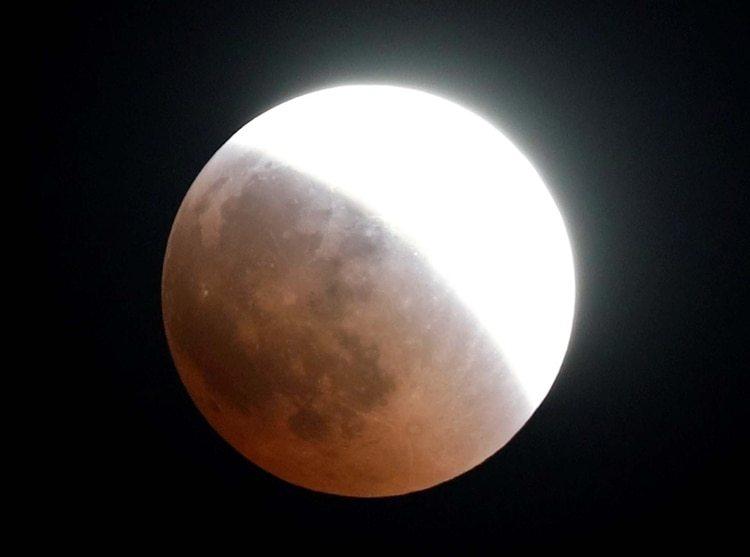 """Una de las últimas """"Lunas de Sangre"""", vista desde El Cairo, Egipto"""